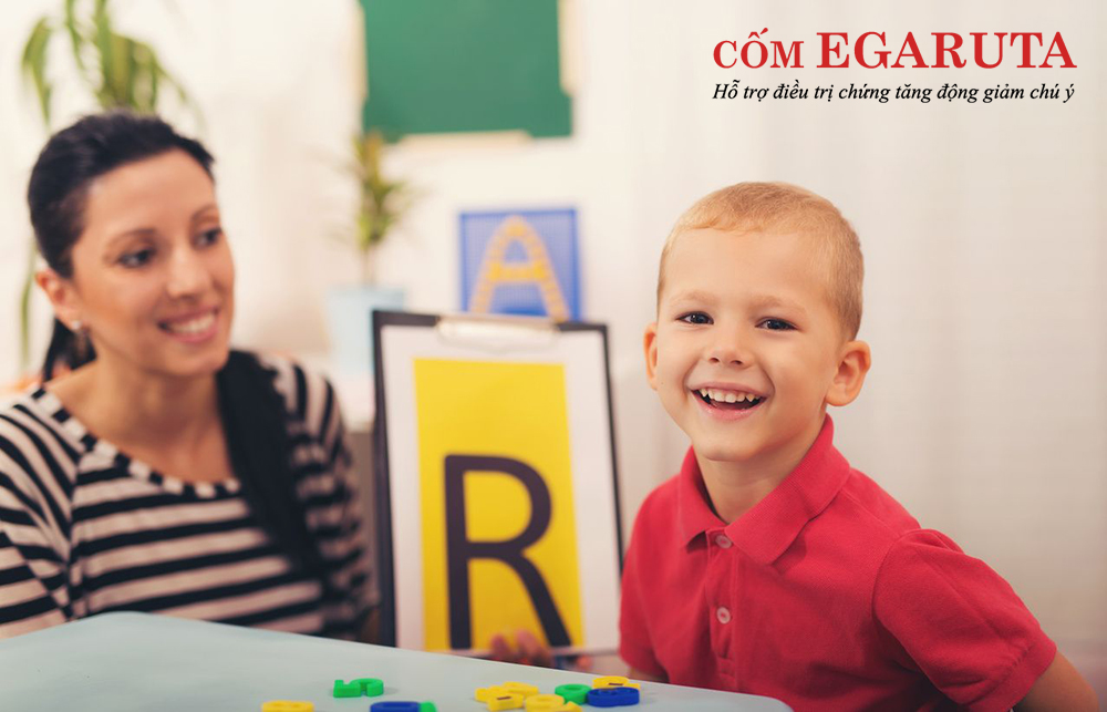 Bé chậm nói phải làm sao – Cha mẹ nên tạo không khí vui vẻ khi dạy con